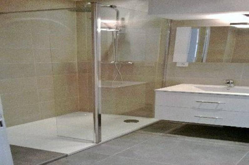 Location de vacances - Appartement à Nice - salle de bains:douche, lave linge