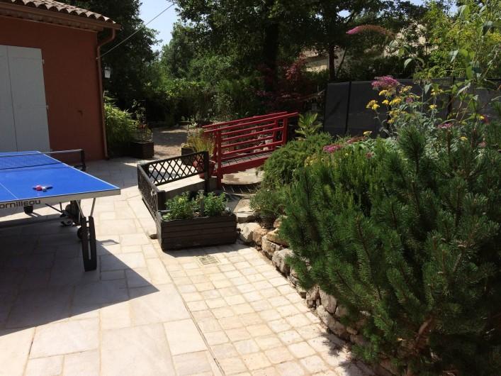 Location de vacances - Villa à Fayence - tennis de table et petit pont