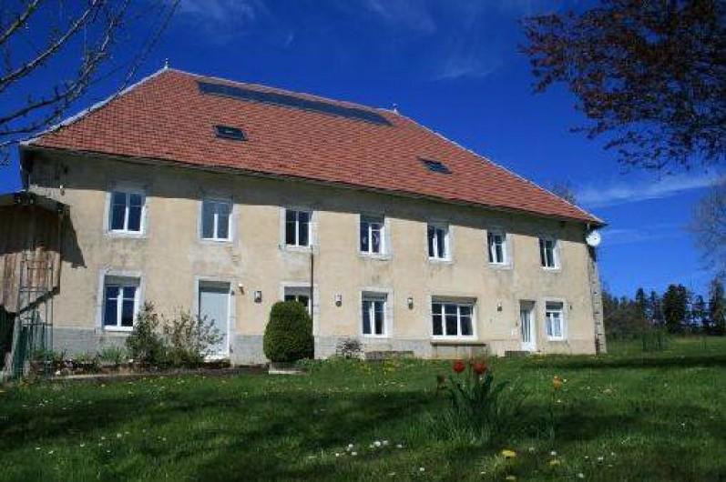 Location de vacances - Gîte à Arc-sous-Cicon - façade plein sud de la maison