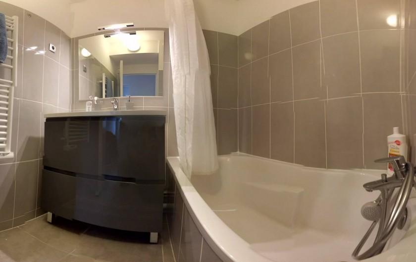 Location de vacances - Appartement à Palavas-les-Flots - Salle de bain avec sèche serviette.