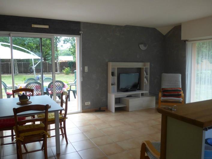 Location de vacances - Chambre d'hôtes à Camoël - Vue sur le coté repas  et salon
