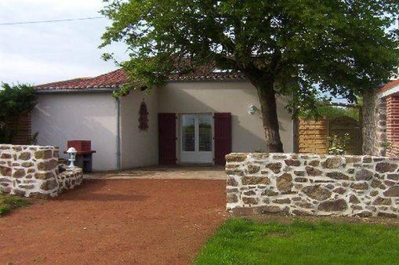 Location de vacances - Gîte à Montfaucon-Montigné - façade arriére,barbecue