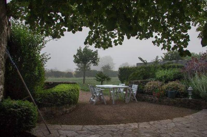 Location de vacances - Gîte à Montfaucon-Montigné - façade arrière vue sur le jardin (automne)