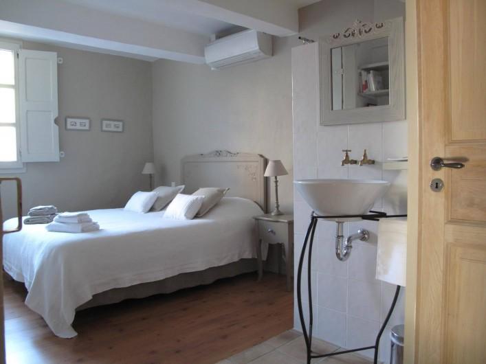 """Location de vacances - Chambre d'hôtes à Loriol-du-Comtat - """"Les Dentelles"""", chambre pour 2 adultes avec douche et toilettes séparés."""