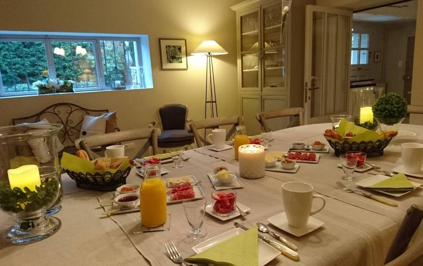 Location de vacances - Chambre d'hôtes à Loriol-du-Comtat - Le petit déjeuner servi dans le salon ou sur la terrasse sous la vigne en été