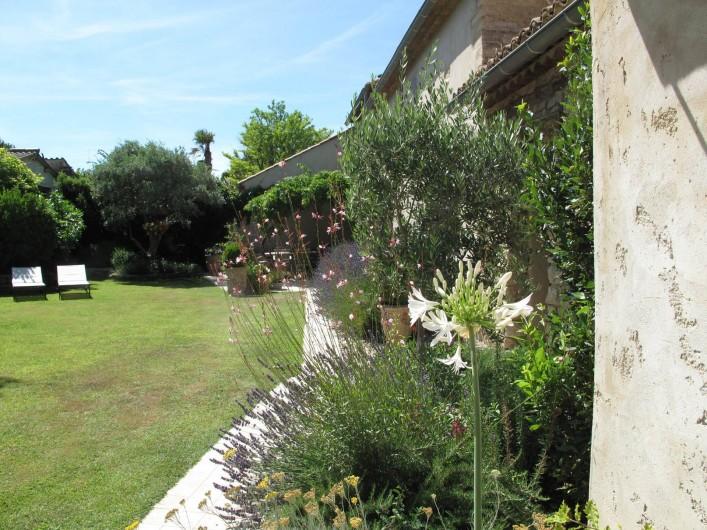 Location de vacances - Chambre d'hôtes à Loriol-du-Comtat - La façade fleurie, lavande, agapanthe, ....