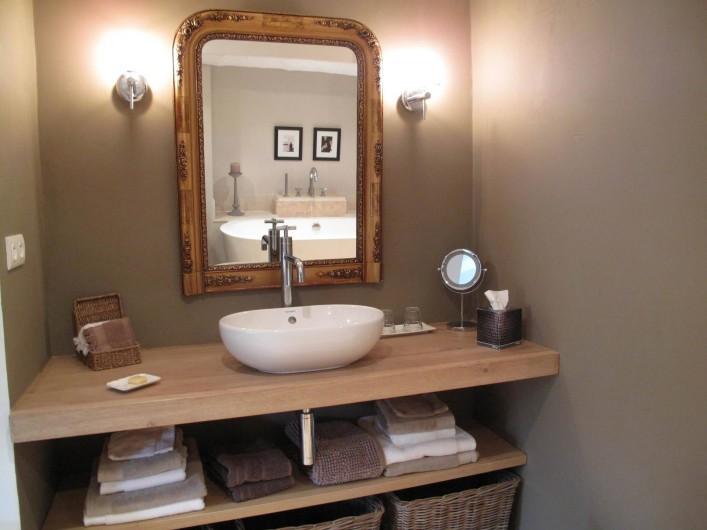 """Location de vacances - Chambre d'hôtes à Loriol-du-Comtat - """"La Terrasse"""",salle de bains douche à l'italienne, bain et toilettes séparées"""
