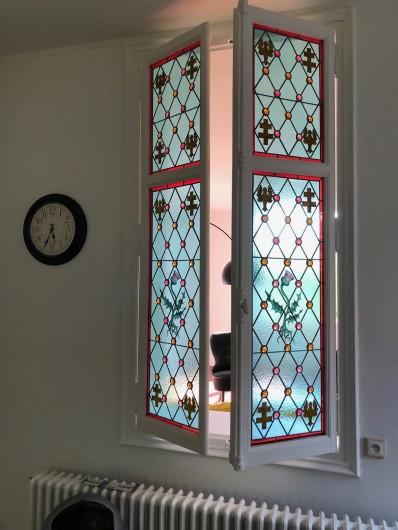 Location de vacances - Gîte à Tonnoy - le beau vitrail de la cuisine