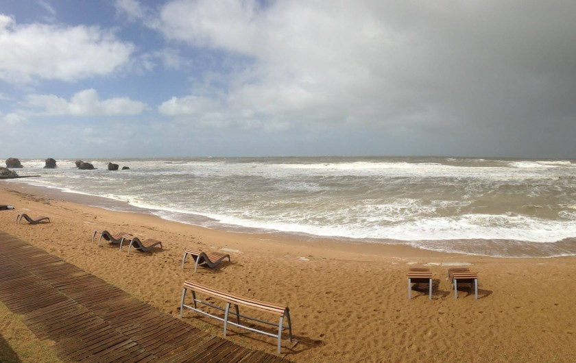 Location de vacances - Villa à Saint-Hilaire-de-Riez - Plage des 5 Pineaux face à la maison à marée haute