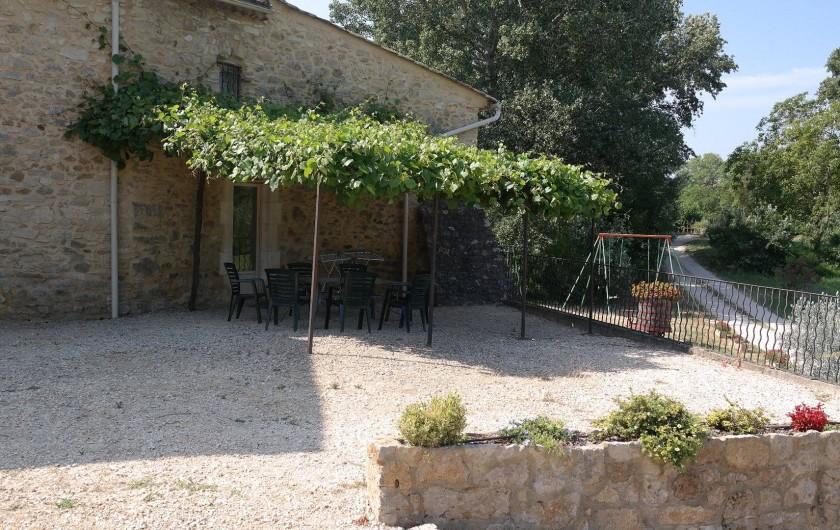 Location de vacances - Gîte à Saint-Paulet-de-Caisson - la terrasse ombragée