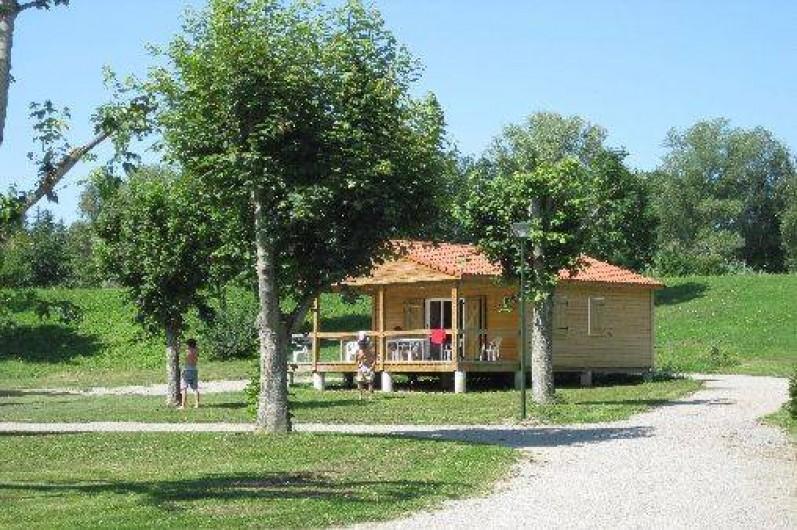 Location de vacances - Camping à Bellenaves - Chalet au pied de l'étang de 2 hectares.