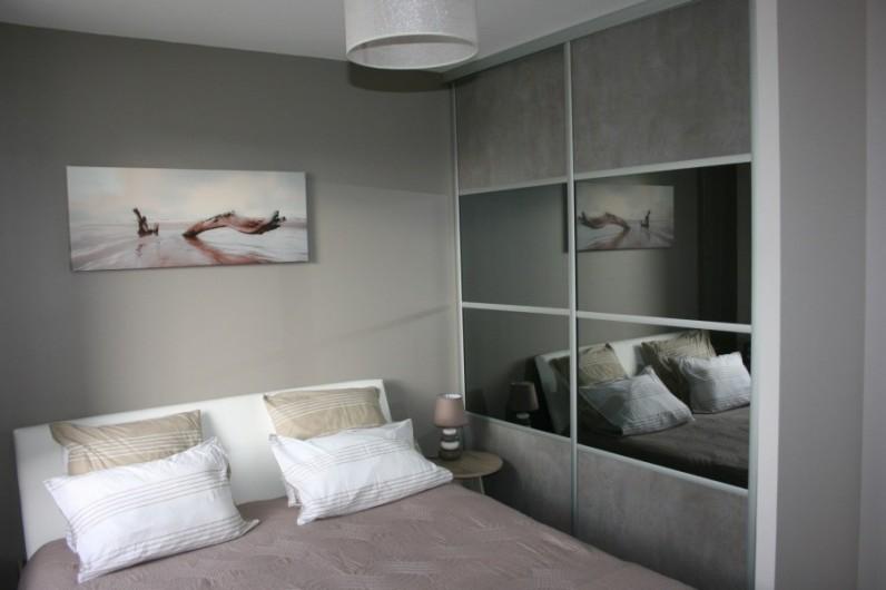 Location de vacances - Villa à La Palmyre - Chambre parents avec placard moderne
