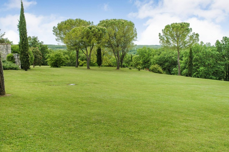 Location de vacances - Maison - Villa à Montcuq - Grand jardin, magnifiquement entretenu: clôturé pour votre animal de compagnie