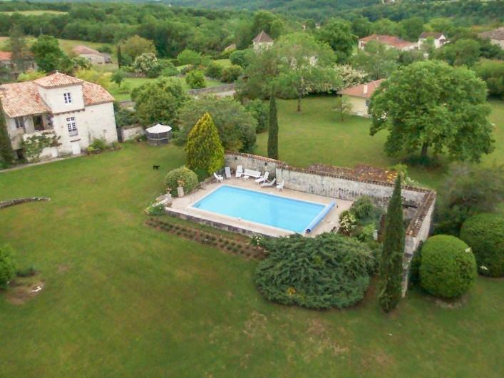 Location de vacances - Maison - Villa à Montcuq - Vue aerienne - maison en partie masquée par l'arbre