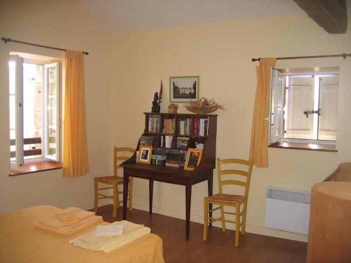 Location de vacances - Gîte à Champs-Romain - Chambre 2 personnes à l'étage