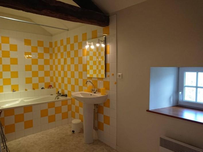 Location de vacances - Gîte à Champs-Romain - Salle de bain à l' étage