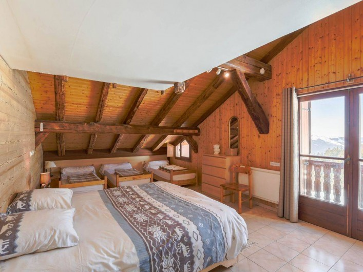 Location de vacances - Chalet à Taninges - Chambre avec vue sur la piste de ski
