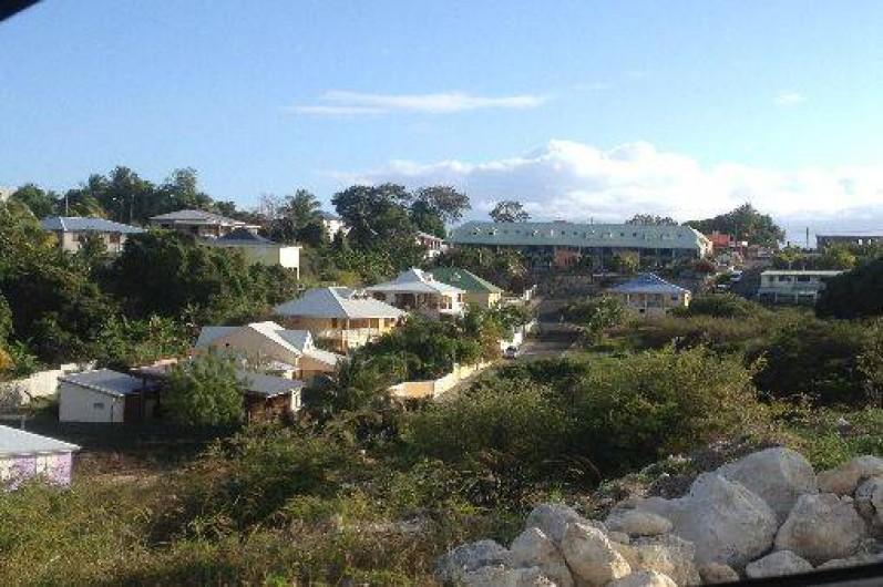 Location de vacances - Appartement à Le Gosier - La maison se situe dans un lotissement calme, faisant face à la nature.