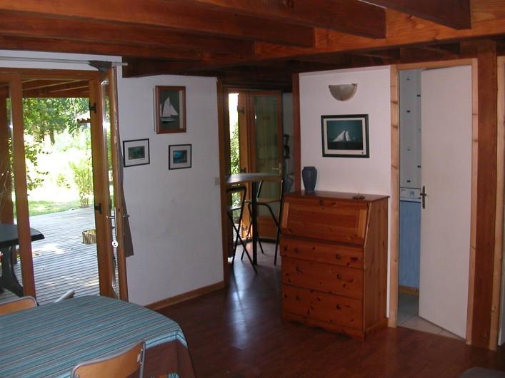 Location de vacances - Chalet à La Teste-de-Buch - salon avec vue sur salle de bain et coin cuisine