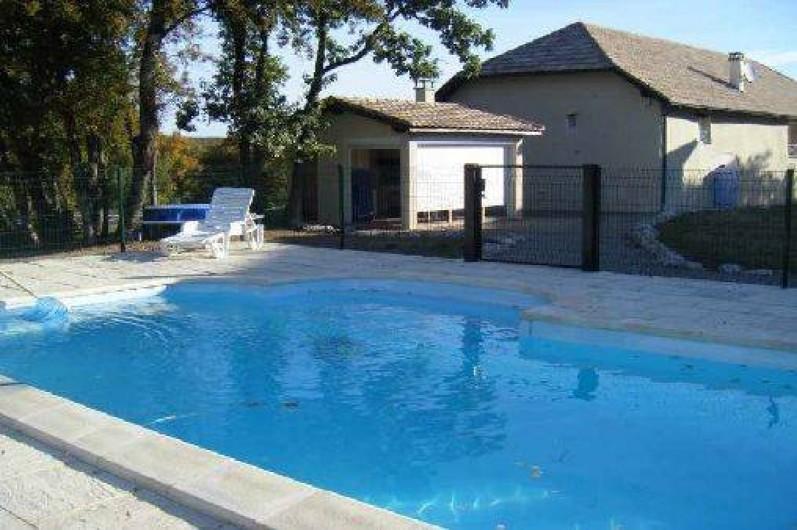 Location de vacances - Gîte à Caylus - gite la colonie vue de la piscine et du pool house