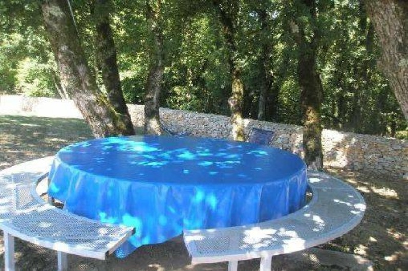 Location de vacances - Gîte à Caylus - gite la colonie : coin repas toujours ombragé près de la piscine