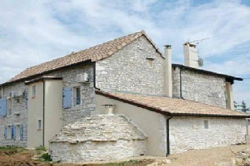 Location de vacances - Gîte à Caylus - gite la colonie dos de la maison avec son four à pain rénové en pierres.