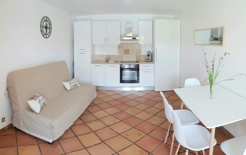 Location de vacances - Appartement à Pierrefeu-du-Var - Salon avec cuisine ouverte sur l'extérieur