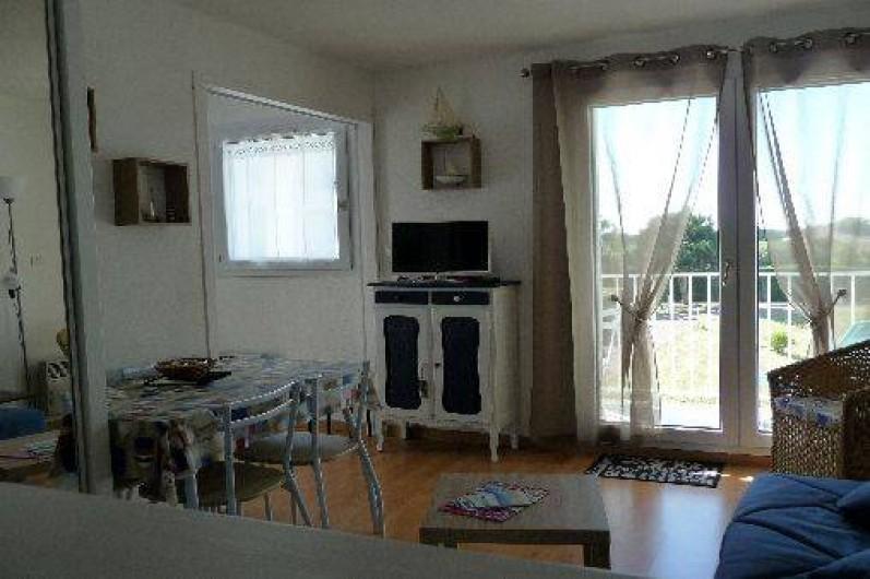 Location de vacances - Studio à Les Sables-d'Olonne - depuis la cuisine, la vue de la pièce de vie donnant sur le balcon n°1