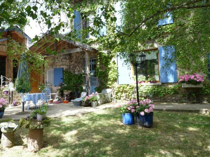Location de vacances - Gîte à Sauret-Besserve - Entrée des chambres d'Hotes avec terrasse pour petit déjeuner