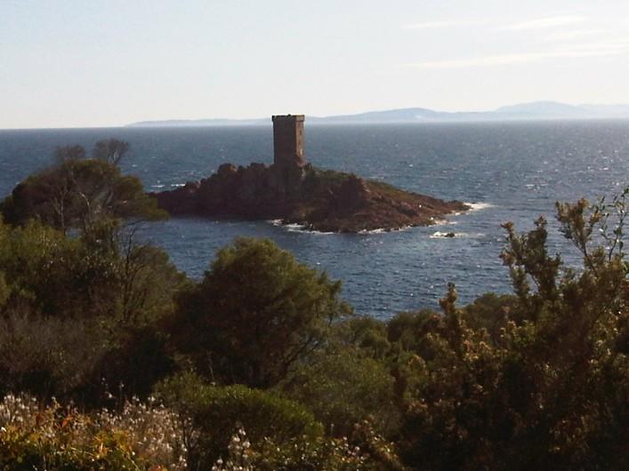 Location de vacances - Appartement à Fréjus - L'île d'Or face à la presqu'ile du Dramont et au port du Poussaï à 14 km