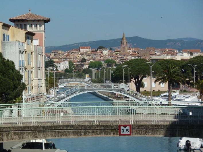 Location de vacances - Appartement à Fréjus - Port Fréjus, vue vers la vieille ville