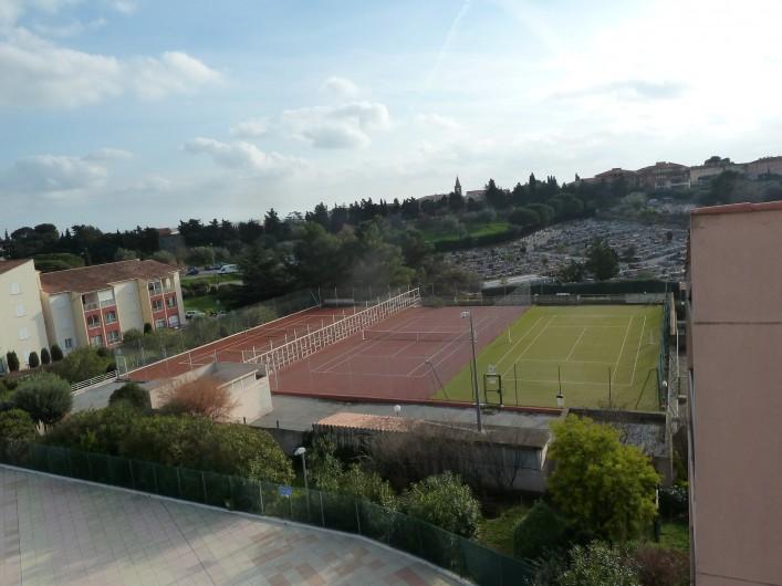 Location de vacances - Appartement à Fréjus - Tennis vus de la terrasse