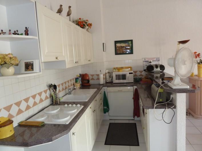 Location de vacances - Appartement à Fréjus - Cuisine Américaine toute équipée