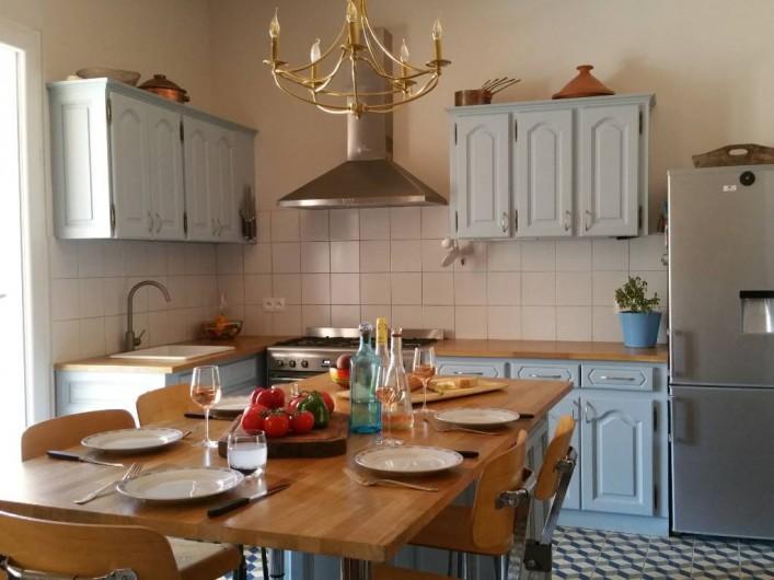 Location de vacances - Maison - Villa à Pouzolles - Cuisine / salle a manger