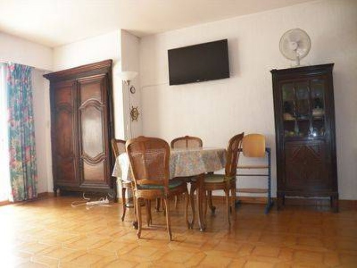 Location de vacances - Appartement à Cassis - côté salle à manger / télé à écran plat