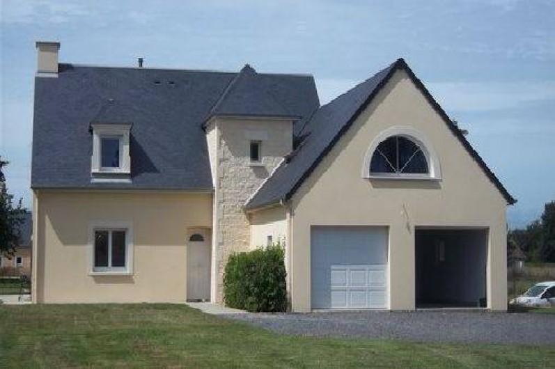Location de vacances - Villa à Vierville-sur-Mer - Vue extérieure de la villa . Double garage.  Balançoire. Terrasse, barbecue ...