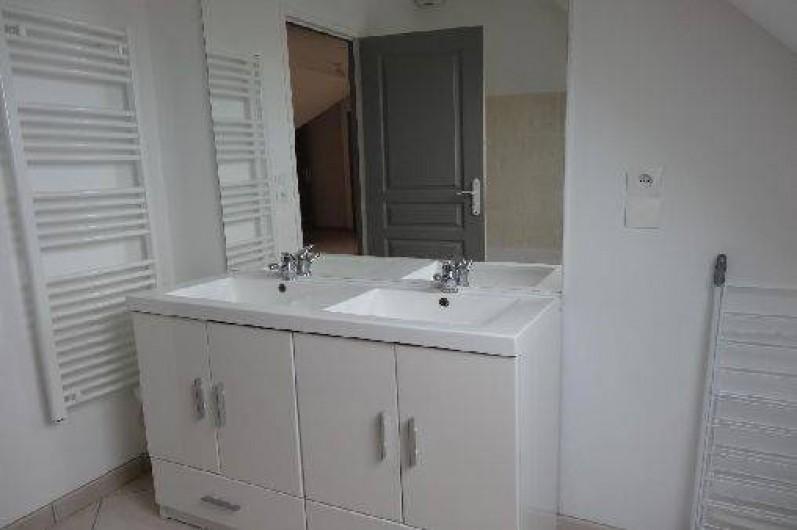 Location de vacances - Villa à Vierville-sur-Mer - Salle de bain à l'étage avec double vasque et baignoire.