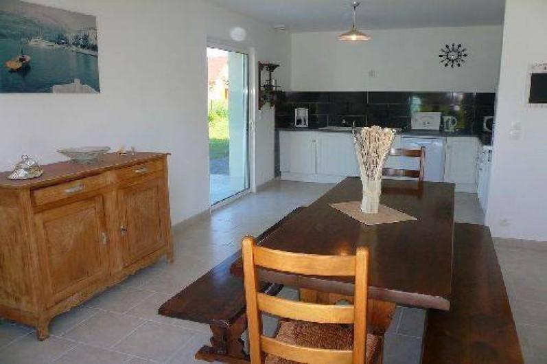 Location de vacances - Villa à Vierville-sur-Mer - La salle à manger. Les deux baies vitrées apportent luminosité à la pièce.