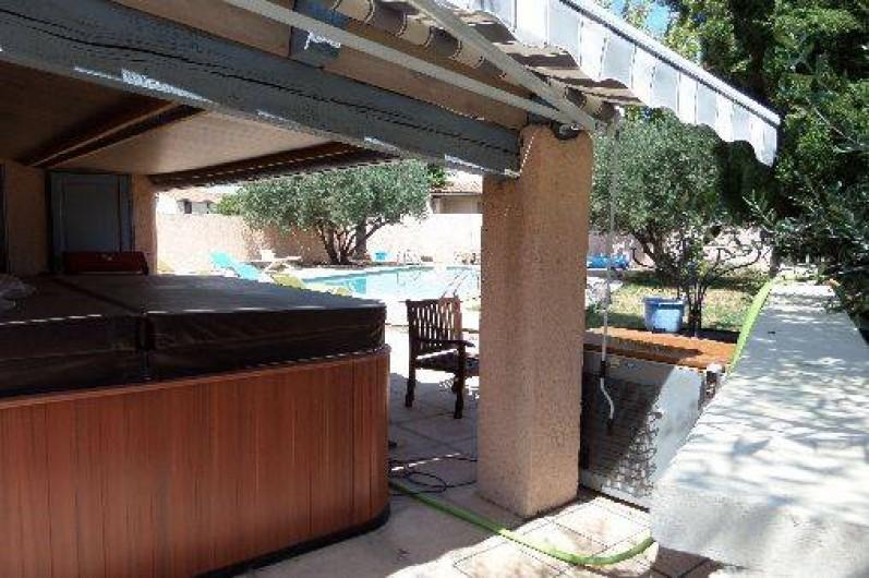 Villa piscine jacuzzi rodilhan for Salon jardin villa esmeralda tultitlan