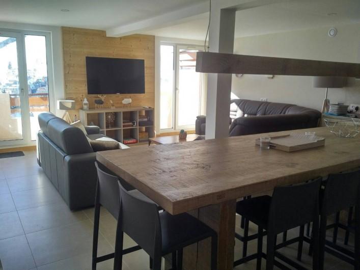 Location de vacances - Appartement à Les Deux Alpes - vue de l'ensemble Salon/cuisine avec balcon caté sud, photo de jour