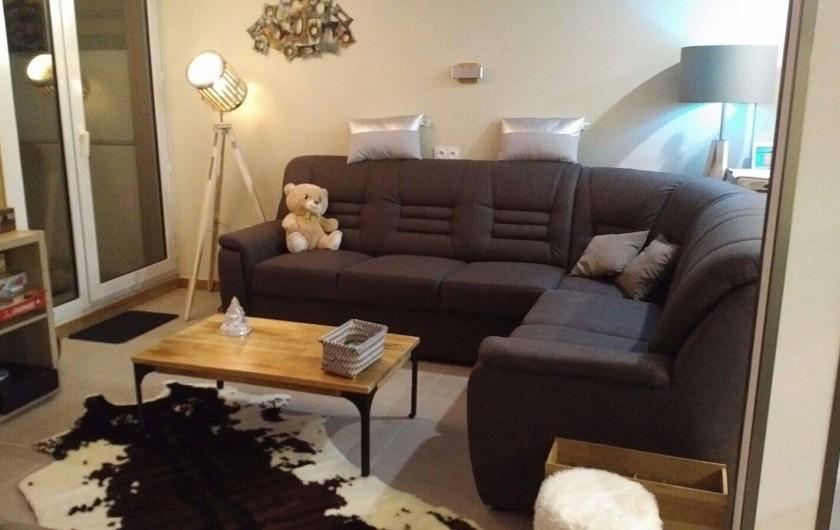 Location de vacances - Appartement à Les Deux Alpes - Coin salon /TV avec balcon coté sud, photo prise la nuit