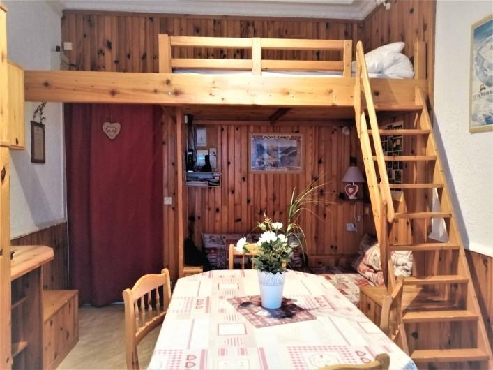 Location de vacances - Appartement à Le Mont-Dore - Pièce à vivre avec lit mezzanine 2 personnes