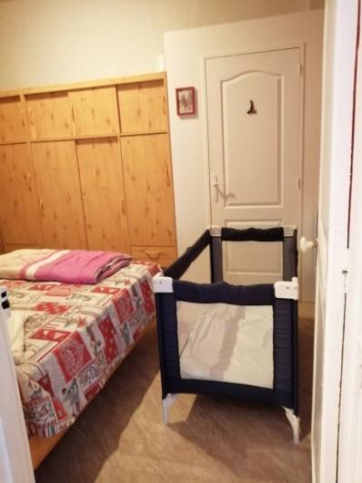 Location de vacances - Appartement à Le Mont-Dore - Chambre avec lit parapluie