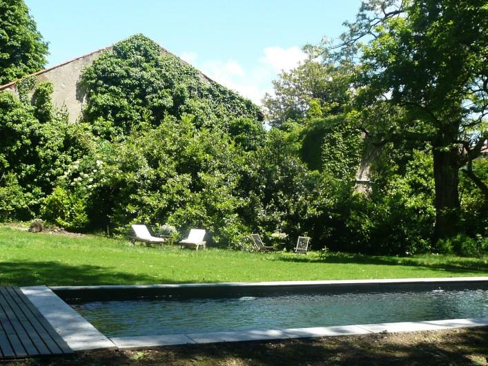 Location de vacances - Gîte à Mazamet - Le jardin et sa piscine