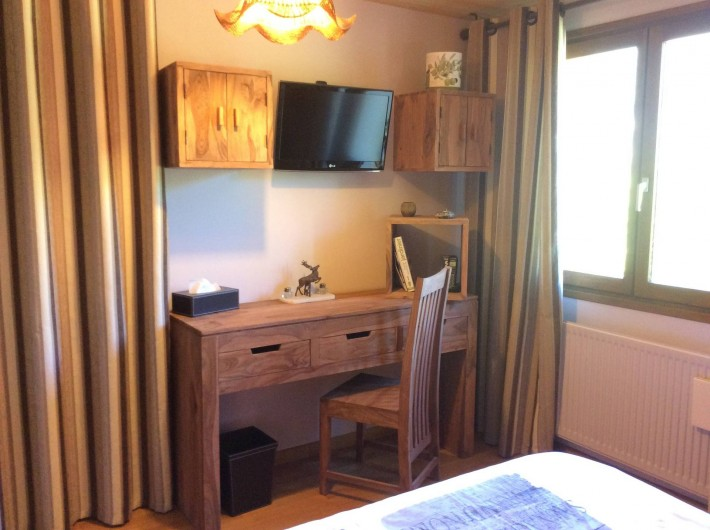 Location de vacances - Chalet à Barcelonnette - Chambre 3 : coin bureau et TV écran plat.