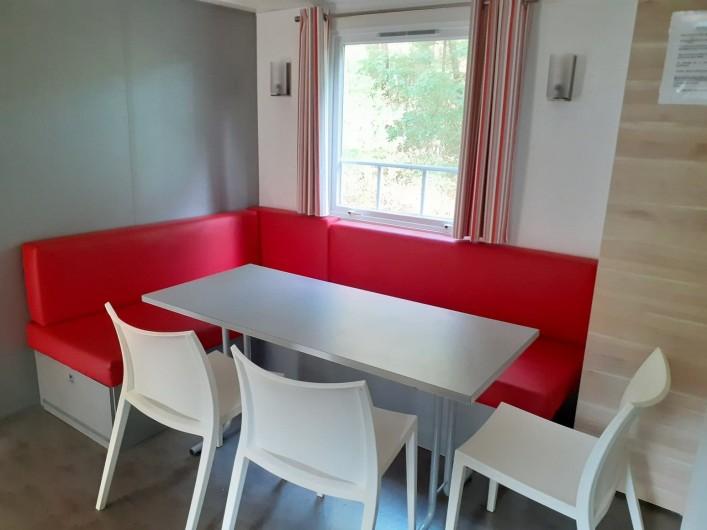 Location de vacances - Bungalow - Mobilhome à Camiers - Coin salon et salle à manger