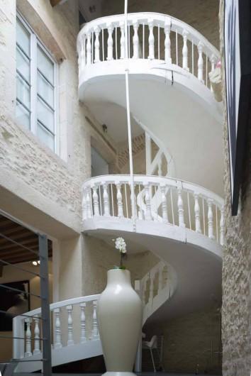 Location de vacances - Chambre d'hôtes à Beaune - Le grand escalier qui conduit aux chambres