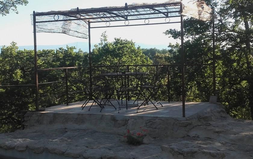 Location de vacances - Villa à Saignon - coin repas au bord de la piscine