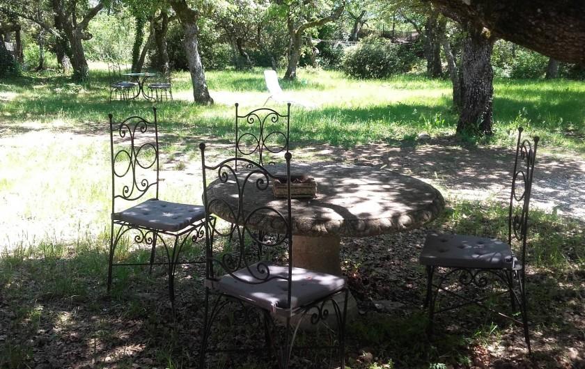 Location de vacances - Villa à Saignon - coin repas ombragé devant la maison