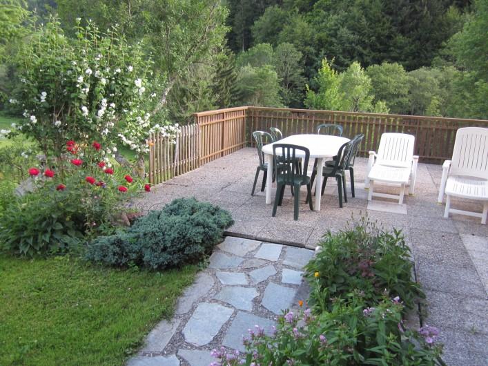 Location de vacances - Chalet à Bellevaux - Grande terrasse équipée et fleurie